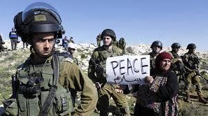 IsraeliCopsPalestinianWomanPeaceSign