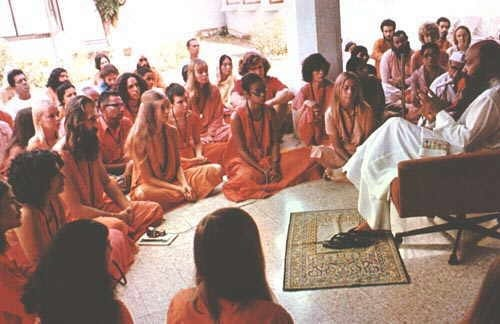 Osho giving a darshan talk in Chang Tzu Auditorium, early 1970s.