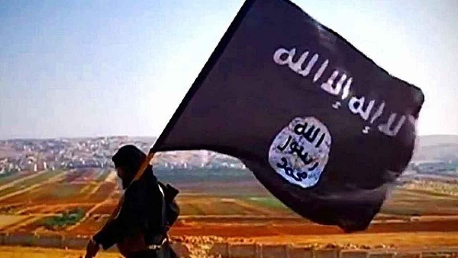 4Facebook-ISISFlagManIconicWalingLeft74kb