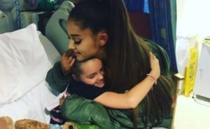 ArianaGrande-hugsInjuredChild