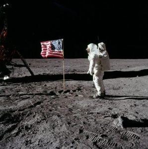 477px-MoonLanding-Buzz-Aldrin-Flag-NASA