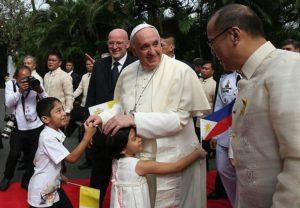 640px-Pope_Francis_MalayKidsHuggingHim