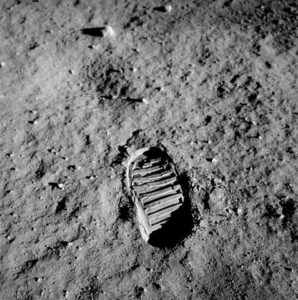 477px-Apollo_11_Footprint-NASA