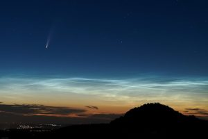 Comet NEOWISE 7 July 2020, Germany, over noctilucent clouds. Photo: Jochenk2002. CC Creative Commons.